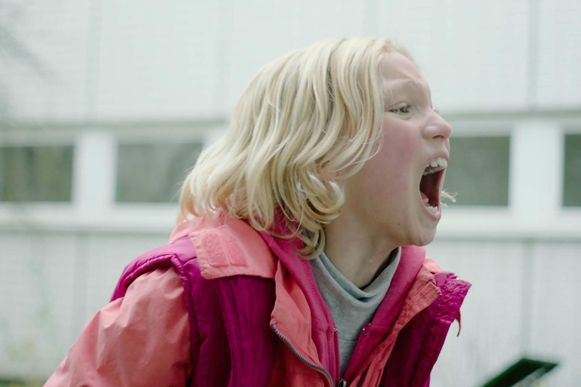 """Young female star of """"system crasher"""", blonde and wearing a pink jacket screams"""